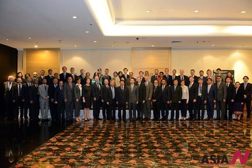 지난 22일 싱가포르에서 AIIB 예비창립 회원국 수석 교섭대표들은 AIIB 정관 협정문 제정 관련 회의를 개최한 가운데 회의를 마치고 대표들이 단체사진을 찍고 있다.