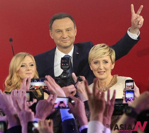 24일(현지시간) 치러진 폴란드 대선 결선투표에서 안드레이 두다(43) 법과 질서당(PiS) 후보가 승리한 것으로 나타났다. 출구조사 결과 두다 후보는 53%의 득표율을 기록해 브로니슬라프 코모로프스키 현 대통령(47%)에 앞섰다. 최 종결과가 확정될 경우 두다는 폴란드 역사상 가장 젊은 대통령에 오르게 된다. 이날 바르샤바에서 두다 후보와 아내 아가타, 딸 킨가와 함께 지지자들에게 인사하고 있다.