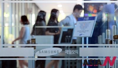 삼성그룹 계열사인 제일모직과 삼성물산이 합병을 결의한 26일 오후 서울 종로구 수송동 제일모직 패션부문 사옥에서 직원들이 오가고 있다.