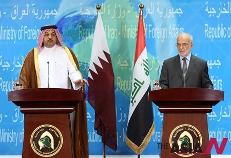 카타르 칼리드 빈 모하메드 알 고사이비 외교부장관과 이라크  이브라힘 알자파리 외교부장관이 공동기자회견을 하고 있다.