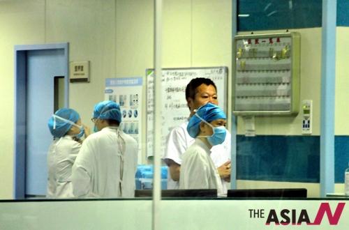 중동호흡기증후군(메르스)에 감염된 채 홍콩을 거쳐 중국으로 출국한 K(44)씨의 병세가 악화됐지만 위독한 상태는 아닌 것으로 전해졌다. 중국 광둥(廣東)성 보건당국은 1일 저녁 의사들이 K씨의 상태에 관련해 이같이 밝혔다고 중국중앙(CC)TV 등 언론이 2일 전했다. K씨가 머무는 후이저우병원 중환자실(ICU)에서 의료진들이 근무 중인 모습.