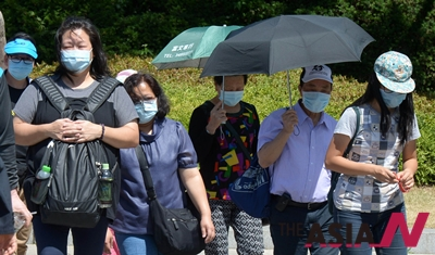 중동호흡기증후군(메르스) 감염자가 확산되는 가운데 3일 오후 중국인 관광객들이 마스크를 착용하고 청와대를 관람하고 있다.