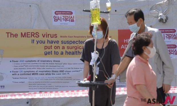중동 호흡기증후군(MERS·메르스) 공포가 갈수록 확산하고 있는 가운데, 서울 종로구 연건동 서울대학교병원 응급실 앞에 환자와 시민들이 마스크를 하고 거리를 걷고 있다.