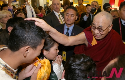 지난 4일 호주 시드니에 도착한 달라이 라마가 한 남성의 머리에 손을 올리고 있다.