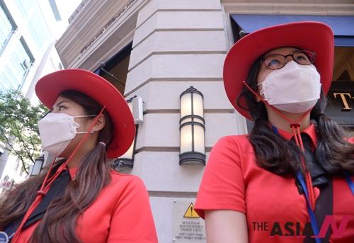중동호흡기증후군(이하 메르스)가 빠르게 퍼지고 있는 4일 오후 다소 한산한 분위기의 서울 명동 거리에 오늘부터 관광 도우미들이 마스크를 쓰고 업무를 보고 있다.