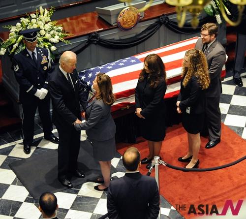 조 바이든 미 부통령의 장남 보 바이든(46) 전 미국 델라웨어주 법무장관의 장례식이 4일(현지시간) 델라웨어주 도버 주의사당에서 열린 가운데 바이든 부통령이 아들의 관 옆에서 조문객들과 대화를 나누고 있다. 보 바이든은 뇌종양 투병 끝에 지난달 30일 46세로 사망했다.