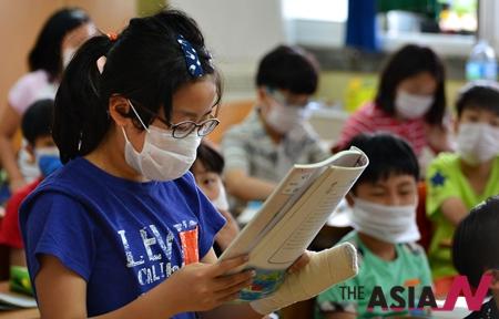 중동호흡기증후군(MERS·메르스)이 무서운 속도로 확산하고 있는 가운데 5일 충북 청주시 한 초등학교 학생들 상당수가 수업 중에도 마스크를 착용하고 있다.