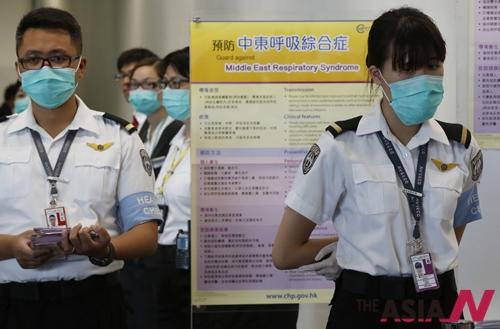홍콩 보건당국이 메르스 감시 대상을 모든 한국 의료시설 방문자로 확대하며 경계 수위를 끌어올렸다. 5일 홍콩 공항에서 검역요원들이 외국 승객들을 상대로 중동호흡기증후군(메르스) 감염 여부를 확인하기 위해 경계를 강화하고 있다.