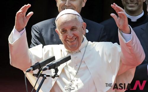 프란치스코 교황은 6일(현지시간) 보스니아 헤르체고비나 수도인 사라예보를 방문해 코스보 스타디움에서 미사를 집전하고 있다.