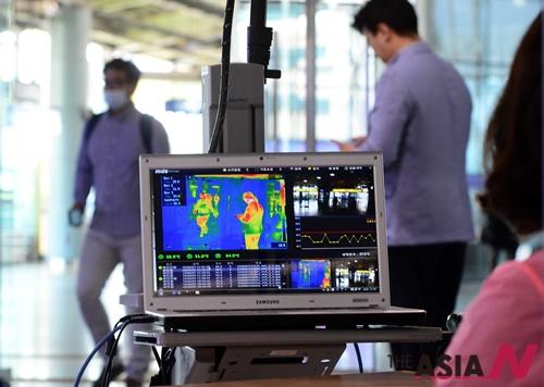 부산지역에서 메르스(MERS·중동호흡기증후군) 양성 반응을 나타낸 첫 환자가 발생해 보건당국에 비상이 걸린 가운데 7일 오전 부산역에서 열차 이용 승객들을 대상으로 발열감지 검사가 진행되고 있다.