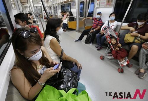 서울을 방문한 필리핀 관광객들이 마스크를 쓴 채 지하철을 타고 있다.