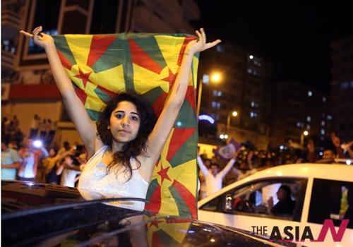 7일 실시된 터키 총선의 초기 개표결과 친쿠르드족의 인민민주당(HDP)이 의회에 진출하는 것으로 드러나자 동남부의 디야르바키르에서 한 쿠르드 여성이 환호하고 있다.