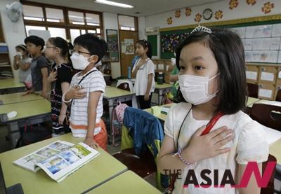8일 서울 미동 초등학교의 한 학생이 메르스 예방책의 일환으로 마스크를 쓰고 있다.
