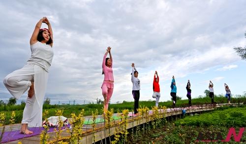 중국 간쑤성에서 시민들이 요가강습을 받고 있다.