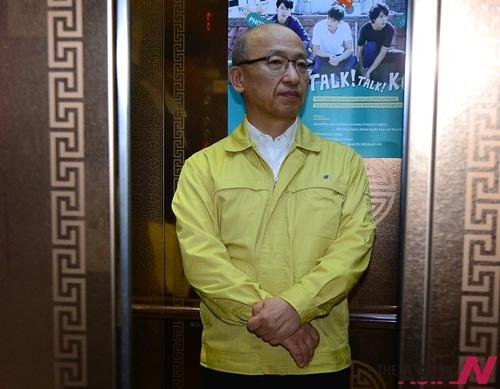 문형표 보건복지부 장관이세종시 정부세종청사 보건복지부 브리핑룸에서 메르스(MERS 중동호흡기중후군) 국민안심병원 운영 관련 브리핑을 마치고 엘리베이터를 타고 이동하고 있다.