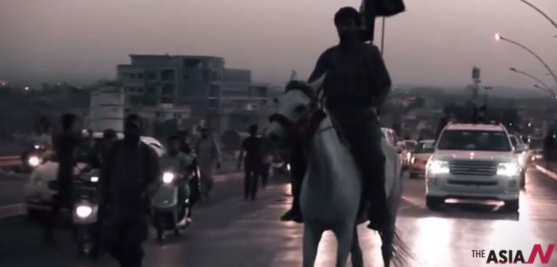 이슬람 수니파 무장세력 '이슬람국가(IS)'가 이라크 제2의 도시인 모술 장악 1주년을 맞아 이를 자축 영상을 공개했다.
