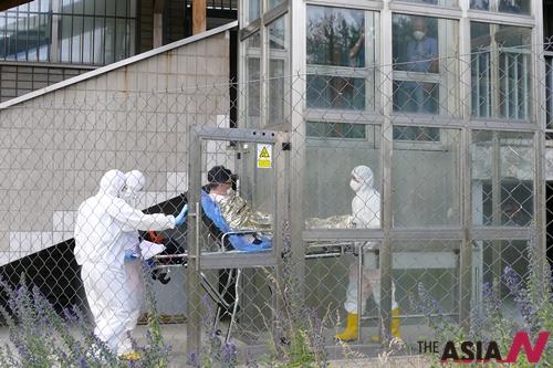 지난 13일 슬로바키아 의료진이 메르스 감염 의심환자였던 남성을 격리병으로 옮기고 있다.