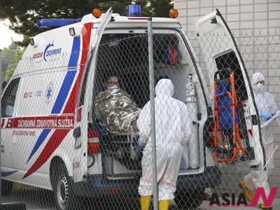 슬로바키아 보건 당국이 13일(현지시간) 한국인 남성 한 명을 수도 브라티슬라바에 있는 대학병원에 격리해 치료하고 있다고 확인했다. 이 남성이 최근 메르스 의심 증상을 보였기 때문으로 알려졌다. 이 남성이 의료 인원에 의해 격리병동으로 옮겨지고 있는 모습.
