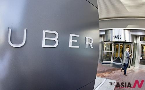 미국 남성이 샌프란시스코에 있는 우버 본사를 나가고 있다.