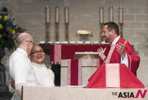 미국 대법원이 동성결혼을 합법판결을 한 지난 28일 한 게이커플이 성당에서 결혼식을 가졌다.