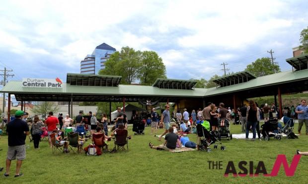 카운터컬처커피 창립 20주년 행사에 모인 사람들