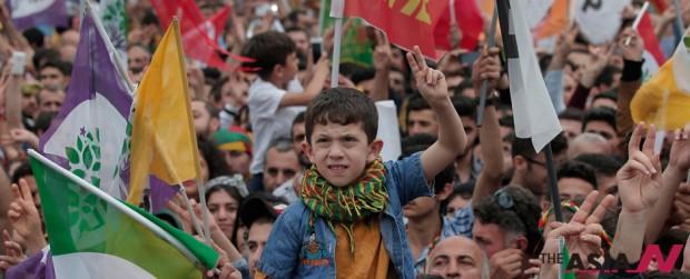 터키 총선 하루 뒤인 6월8일, 터키 쿠르드계 정당인 인민민주당(HDP) 지지자들이 이스탄불 시내를 행진하고 있다.