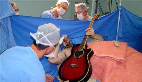 브라질 30대 남성이 의식이 깨어 있는 상태에서 기타를 치고 노래를 부르며 뇌수술을 받는 장면.
