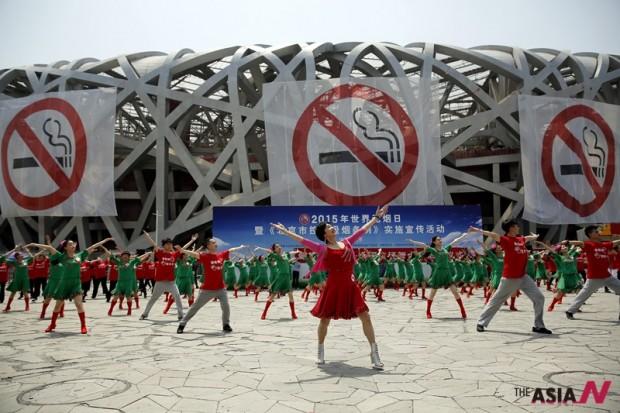 지난 5월 31일 베이징 국립경기장에서 세계 금연의 날을 맞아 댄서들이 퍼포먼스를 펼치고 있다.