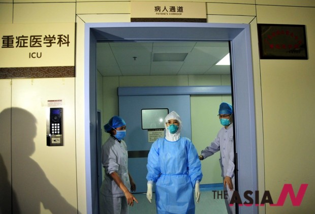 중동호흡기증후군(메르스)에 감염된 채 홍콩을 거쳐 중국으로 출국한 K(44)씨가 머무는 후이저우병원 중환자실(ICU)에서 한 의사가 나오고 있는 모습