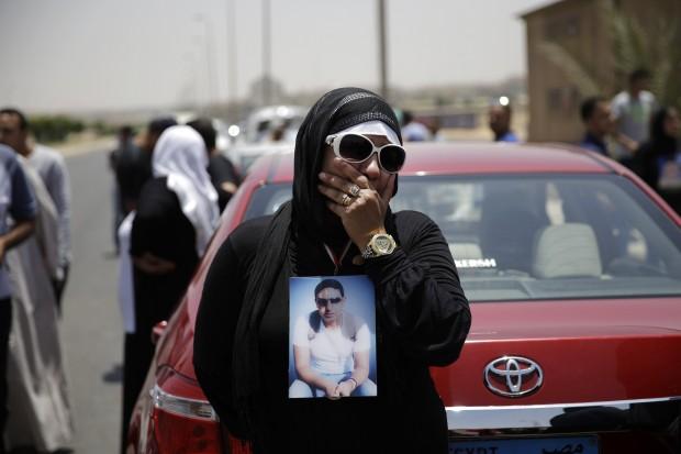 10일 2012년 이집트 한 축구장에서 발생한 최악의 폭력사태에 연루된 11명에게 사형선고가 내려진 가운데,희생자 유가족이 울부짖고 있다.