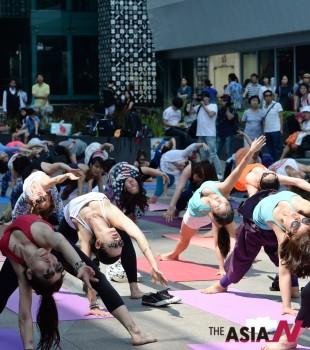 UN이 6월 21일로 제정한 제1회 세계 요가의 날 행사가 서울 삼성동 코엑스 에서 열리고 있다.