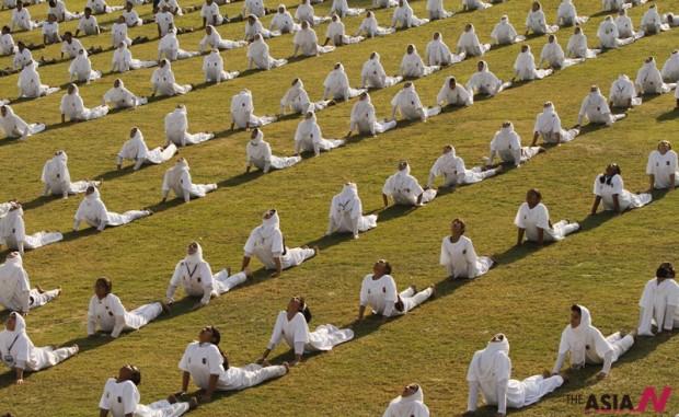 21일 인도 카슈미르 학생들이 세계 요가의 날을 맞이하여 플래시몹을 하고 있다.