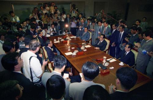 분단 반세기만의 첫 남북정상회담을 준비하기 위한 예비접촉이 1994년 6월28일 판문점 남측지역 '평화의 집'에서 열렸다.