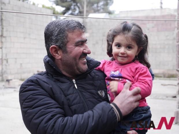 시리아 코바니에 거주 하다가 가족과 함께 피난을 나온 쿠르드족이자 기독교인인 43세의 다웃이라는 이름을 가진 중년남성