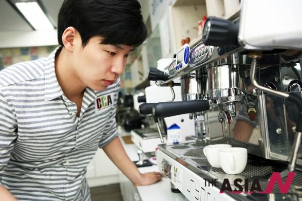 노래하는 바리스타 최정현 보컬은 국제자격증을 7종 보유한 커피전문가이기도 하다.