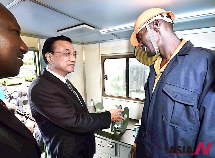 지난해 5월 케냐를 방문한 리커창 중국 총리가 케냐의 한 노동자와 이야기를 나누고 있다.