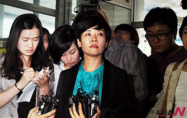 당시 '블랙리스트' 발언으로 KBS로부터 명예훼손 혐의로 고소를 당한 방송인 김미화가 2010년7월19일 오전 기자회견 갖고 'KBS 블랙리스트' 언급에 대한 입장을 밝힌 뒤 서울 영등포경찰서로 출석하고 있다.