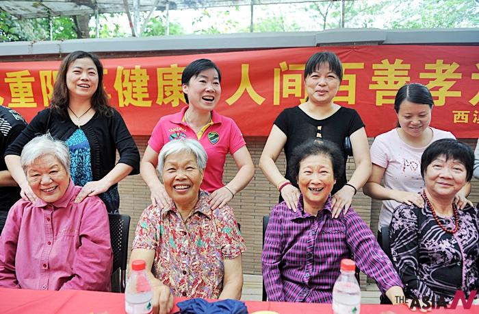 중국 저장성 항저우에서어르신들이 안마를 받고 있다.