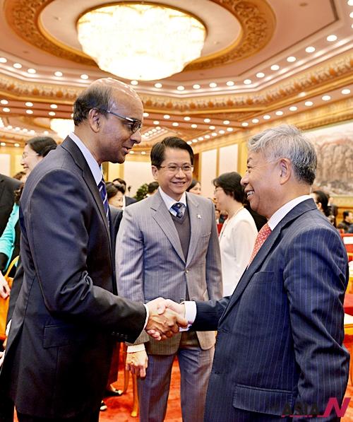 진리췬 AIIB 초대 총재 내정자(오른쪽)가 타르만 싱가포르 부총리와 재정부 장관과 인사를 나누고 있다.