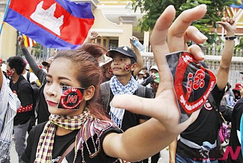 캄보디아 시민들이 캄보디아 프놈펜 국회앞에서 NGO법에 반대하는 시위를 벌이고 있다.