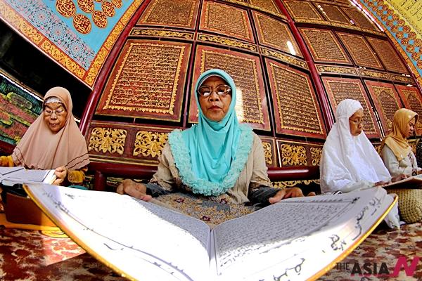 지난 4일 인도네시아 무슬림 신도들이 라마단을 맞아 쿠란을 읽고 있다.