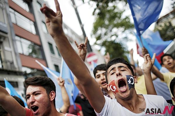 지난 5일 투르크-위구르족 무슬림들이 중국당국의 종교탄압을 반대하는시위를 벌이고있다.
