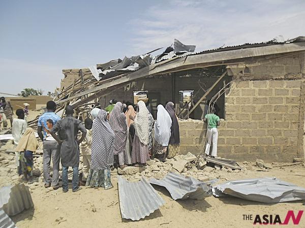 5일(현지시간) 나이지리아 포티스쿰의 리딤 크리스찬 교회에서 일어난 자살 폭탄 테러 현장.