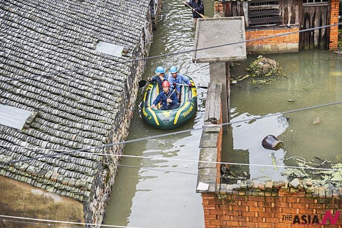 지난 12일 중국 저장성에서 현지 공무원들이 태풍피해상황을 점검하고 있다.