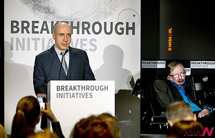 러시아 억만장자 유리 밀너(왼쪽)가 20일 스티븐 호킹 박사를 옆에 두고 외계인 찾기 '돌파구 청취' 프로젝트에 관한 기자회견을 하고 있다.