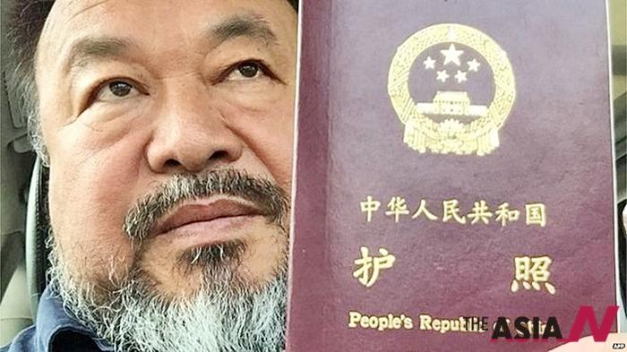 """중국 반체제 예술가 아이웨이웨이가 중국 당국에 압수됐던 여권을 4년 만에 돌려받았다. 그는 본인의 인스타그램 계정에 """"오늘 여권을 돌려받았다""""라는 글과 함께 여권 사진을 게재했다. 그의 지지자들은 포스팅을 공유하고 환호했다."""