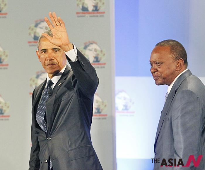 공동기자회견장에 들어오고 있는 버락 오바마 미국 대통령(왼쪽)과 케냐야 케냐 대통령(오른쪽).