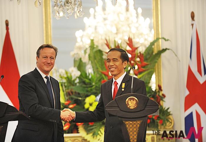 조코 위도도 인도네시아 대통령과 데이비드 캐머론 영국 총리가 27일 인도네시아 자카르타 공동회견장에서 악수를 나누고 있다.