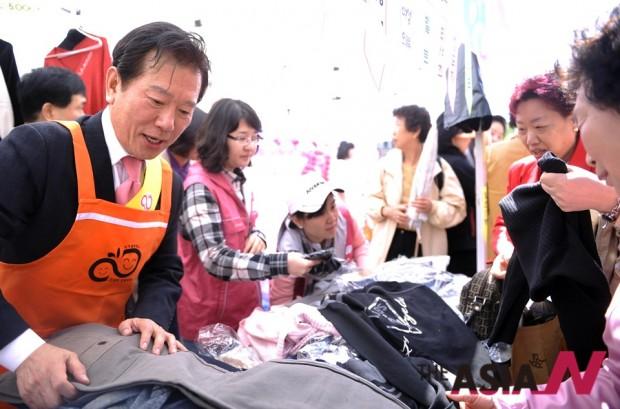 배한성 성우가 바자회에서 출품된 물건을 팔고 있다. 그는 사회봉사단체들의 홍보대사를 맡으며 우리 사회에 기여하고 있다.
