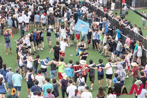 8월8일 토요일 오후 펜타스테이지에서 펼쳐진 윈디시티의 공연 중 관객들이 춤을 추고 있다.